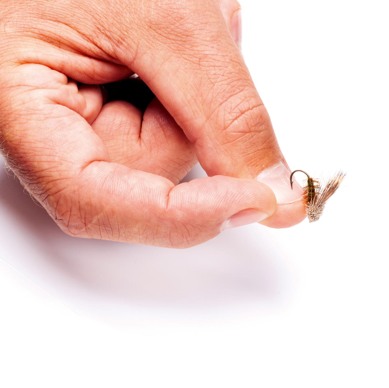 Både små og store kroges skarphed testes bedst ved at trykke dem mod en negl – krogen skal få bid i neglen og ikke glide af.